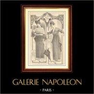 Fransk Modeplansch - Modeteckning - Parisiska - Frankrike - Klänning - Robe de Satin Bleu Marin Garnie de Broderie d'Argent | Modeplansch (modeteckning). Anonymt. 1900