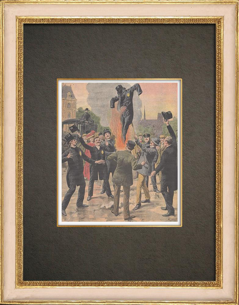 Stampe Antiche & Disegni | I becchini bruciano il suo costume davanti al Municipio di Parigi - Francia - 1910 | Incisione xilografica | 1910